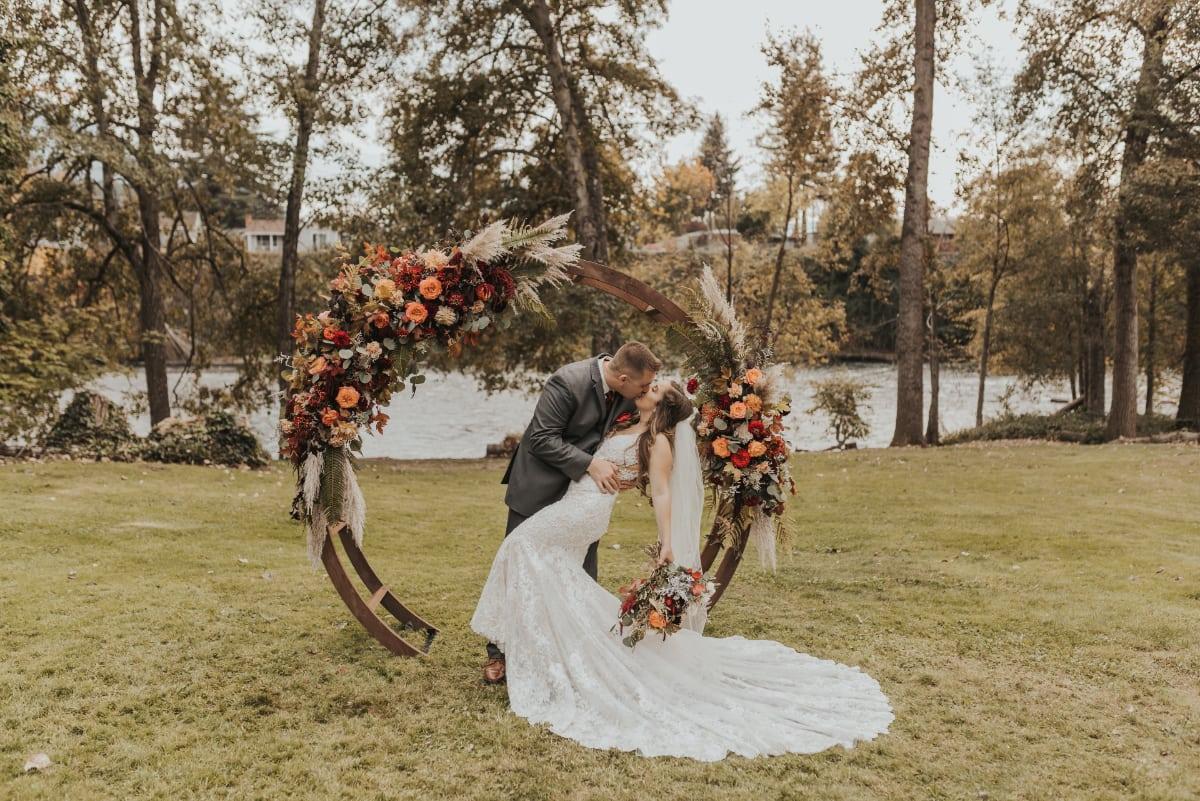 groom bride kiss backdrop arch_web